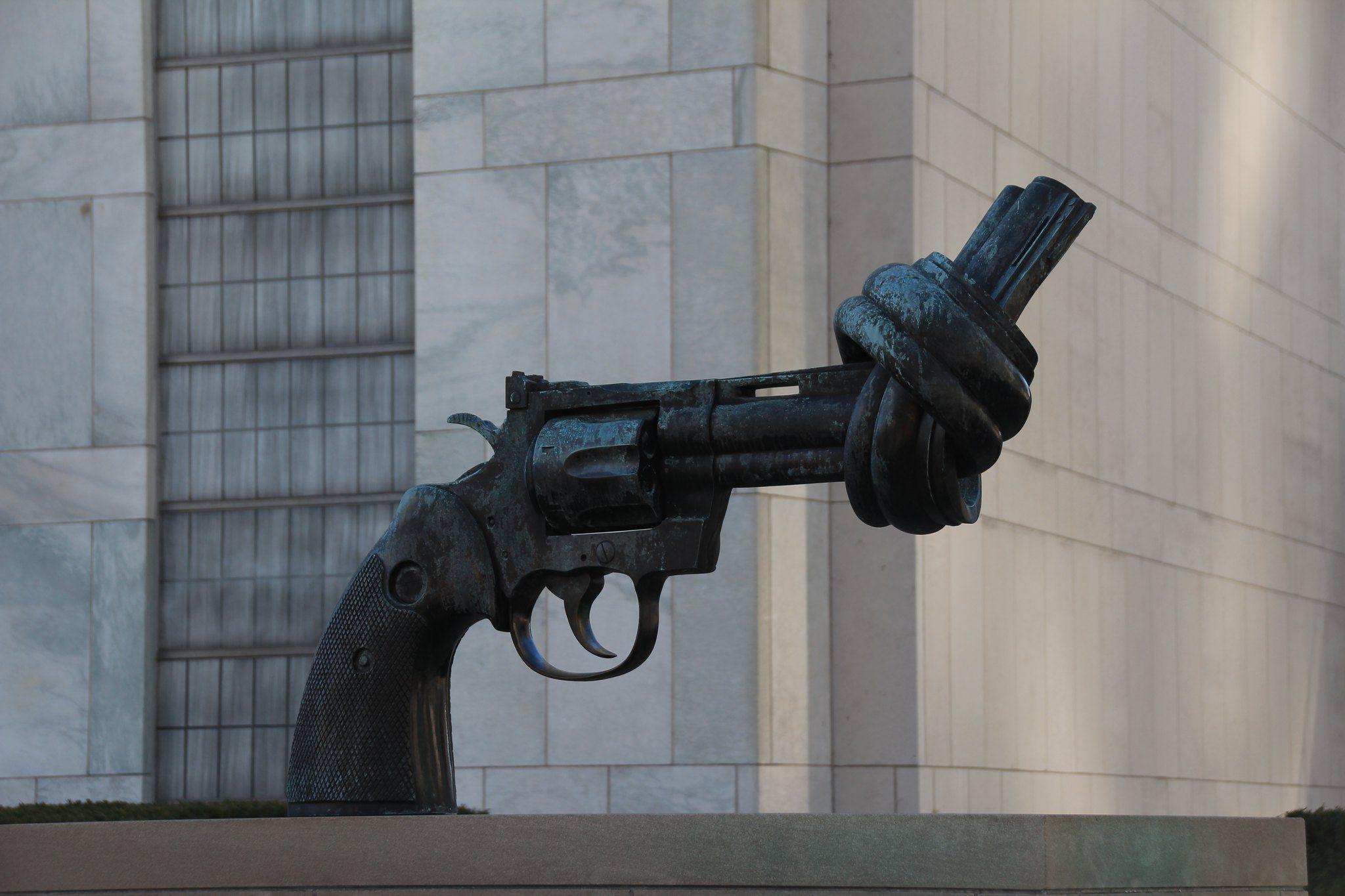 Escultura de una pistola anudada