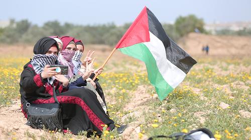 Niñas palestinas sacándose una fotografía