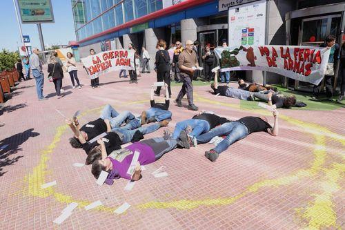 Acción antimilitarista delante una Feria de Armas