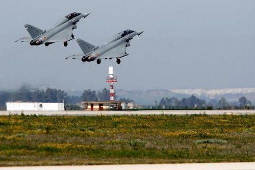 Cazas militares despegando en una base militar española
